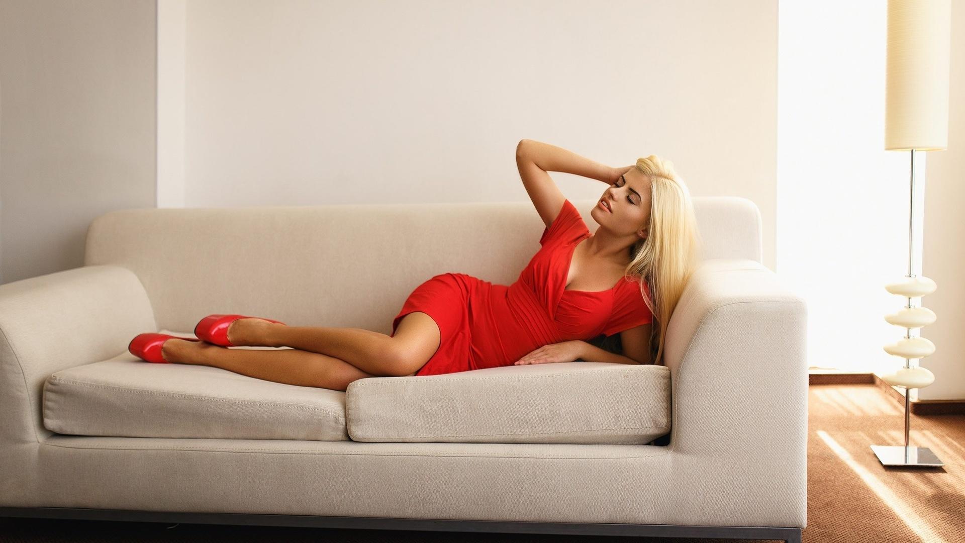 классные позы для фотографий на диване операции