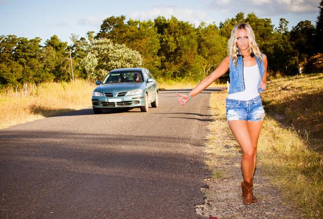 голые голосуют на дороге
