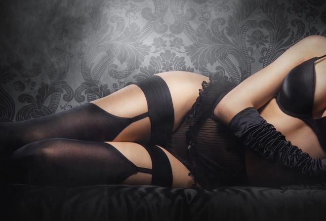 Девушка в черном белье и черных чулках моему