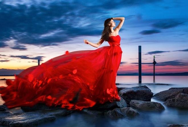 сам девушка в красном платье так
