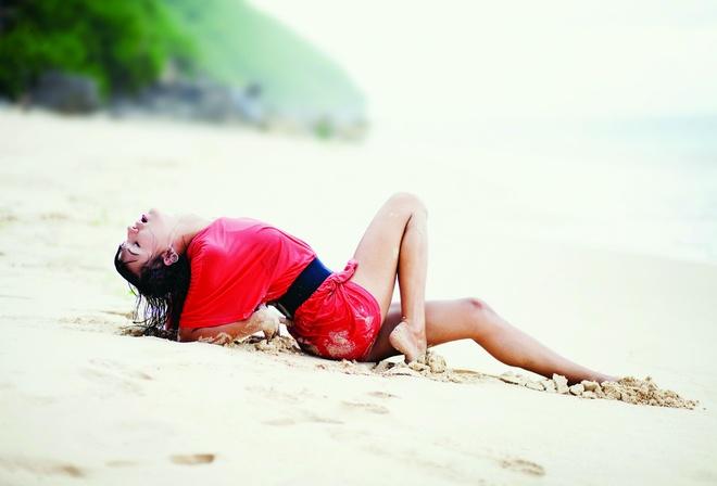 лежат пляже на красиво девушки