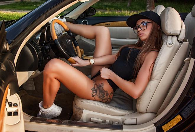 Брюнетки за рулем секси