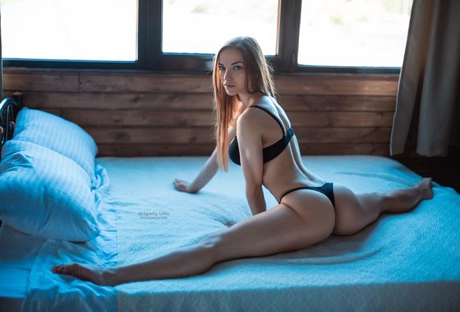 Большие попки на кровати