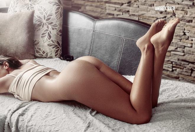 Фото девушки без трусиков под столом — photo 8