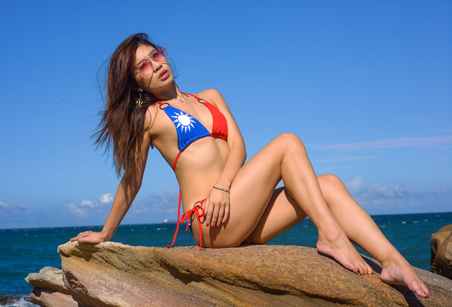 women, Asian, sitting, bikini, sea, rocks, ribs, sunglasses, women outdoors, ass, necklace, red nails, sky