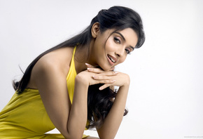 face, girl, eyes, Asin Thottumkal, yellow dress, hand, glance, shoulder, smile, black hair, hair, nails, sexy, улыбка, актриса, lips, look