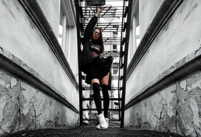 women, black clothing, skirt, sweater, stairs, sunglasses, sneakers