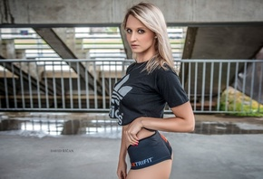 pose, t-shirt, blonde, portrait, shorts, look, model, makeup, figure