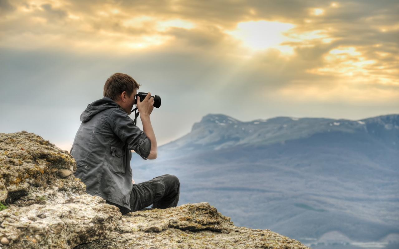 фотограф, парень, горы, лучи солнца