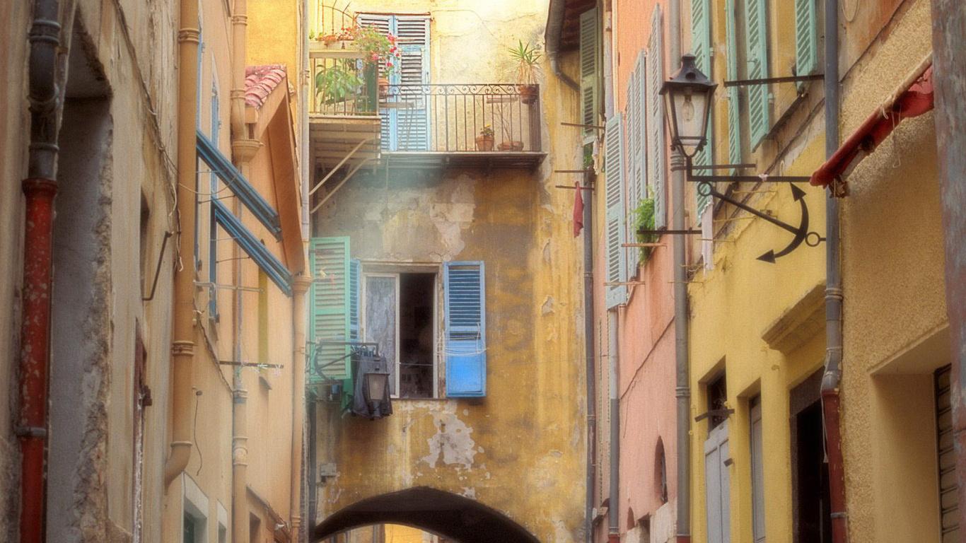 улочка, арка, окна, балкончики