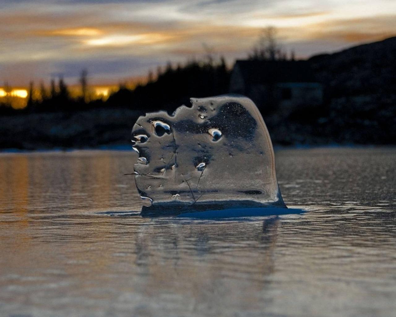 закат, лесок, камень в воде