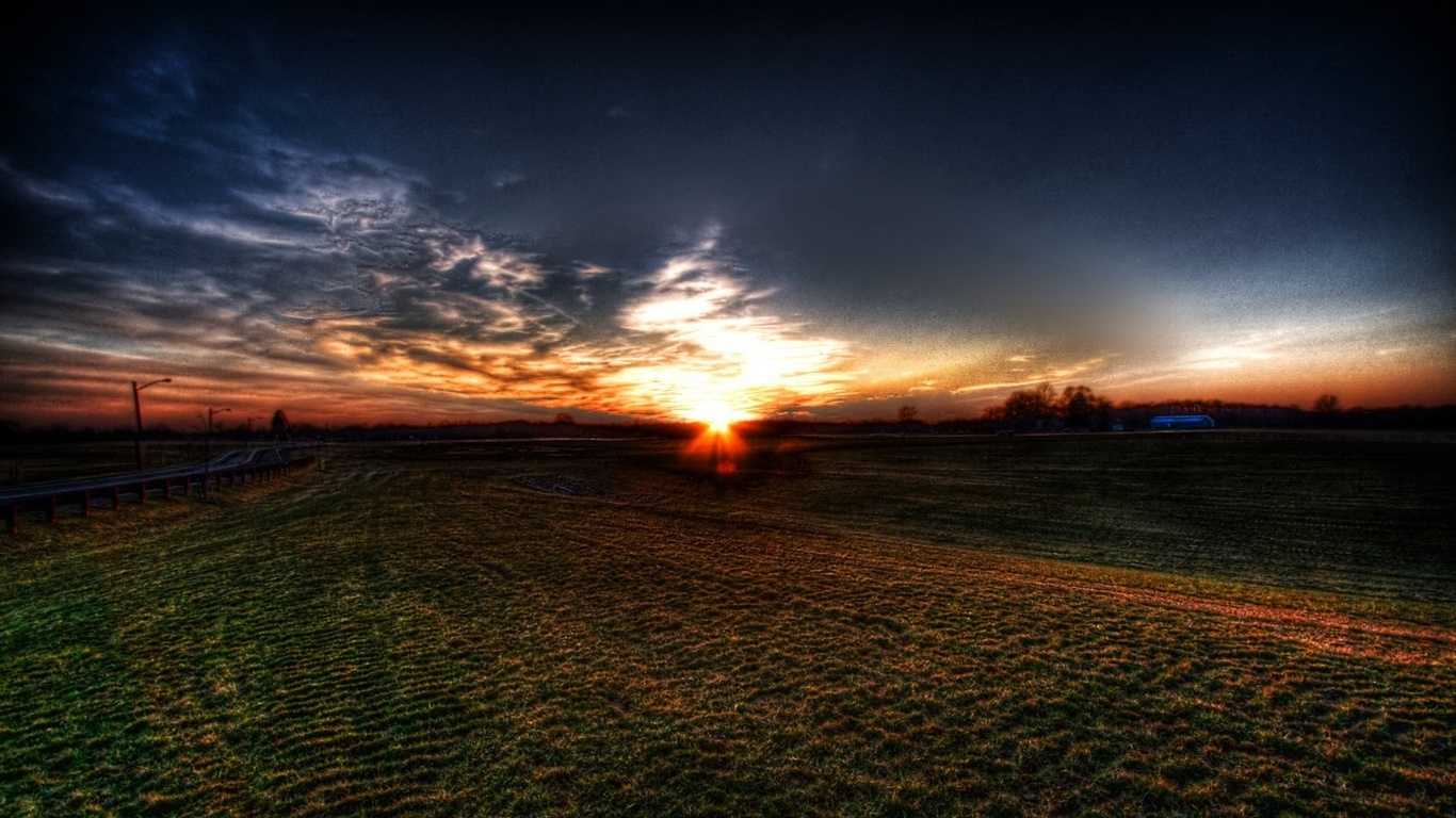 серые тучи, закат, черное поле
