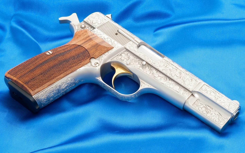 пистолет, золотистый курок, инкрустированный ствол, деревянная рукоядка