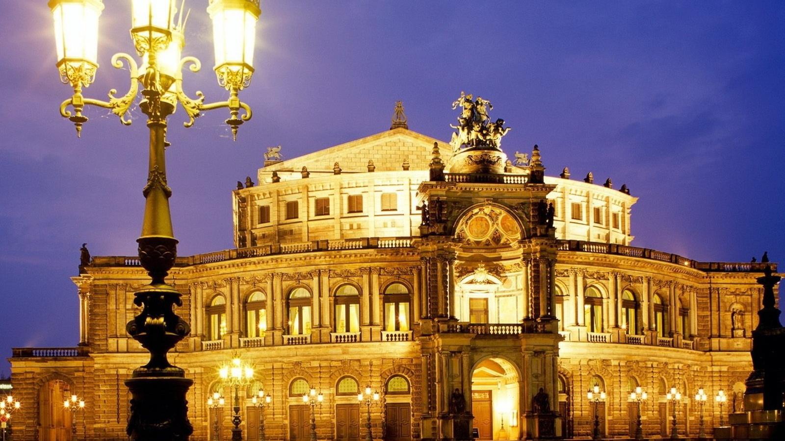 архитектурный шедевр, ночные огни города, скульптура