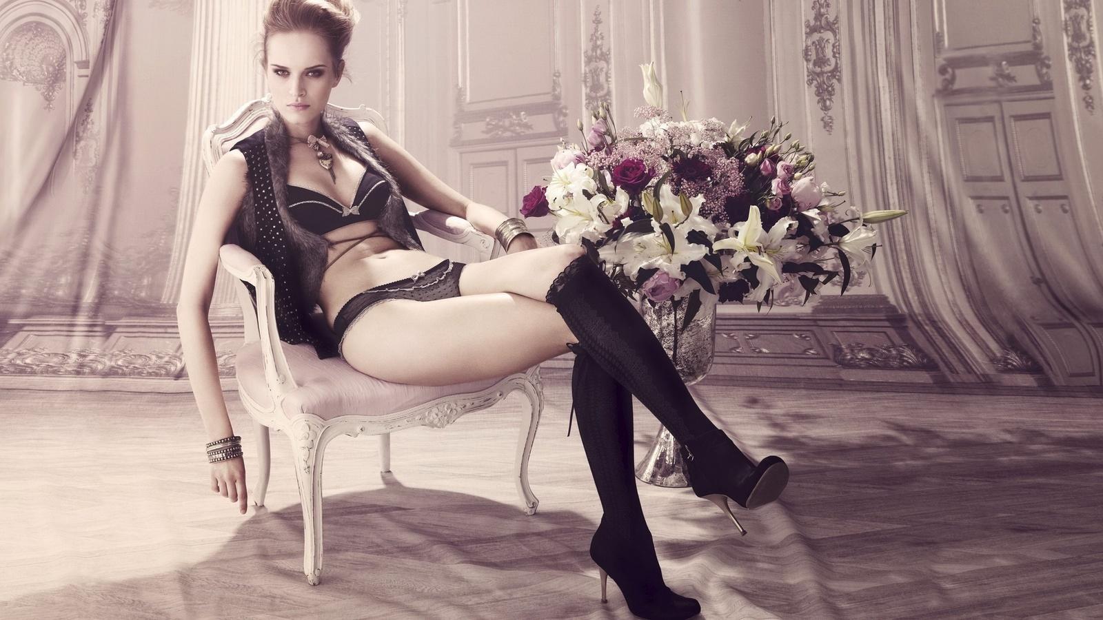 царские палаты, резное кресло, экстравагантная красотка