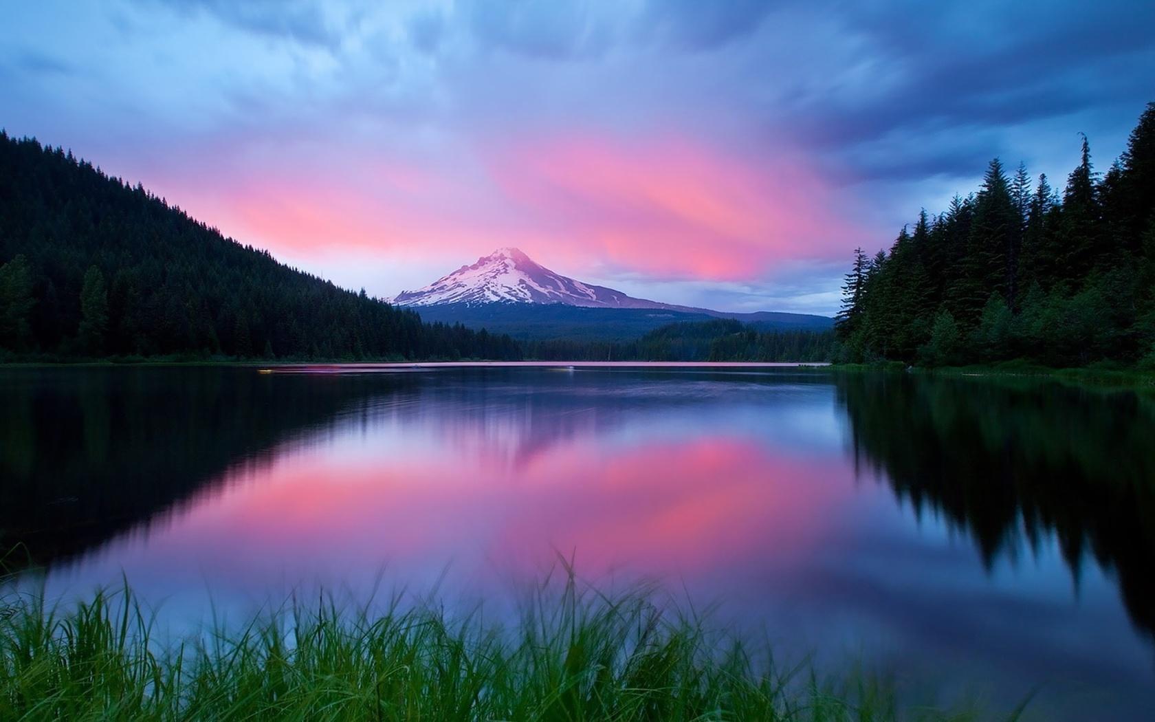 разноцветные разводы по воде, закат, лес вокруг озера, небо, облака