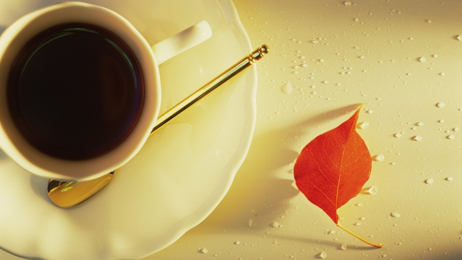 кофе, белая чаша, листок, капельки воды, кофейная ложечка