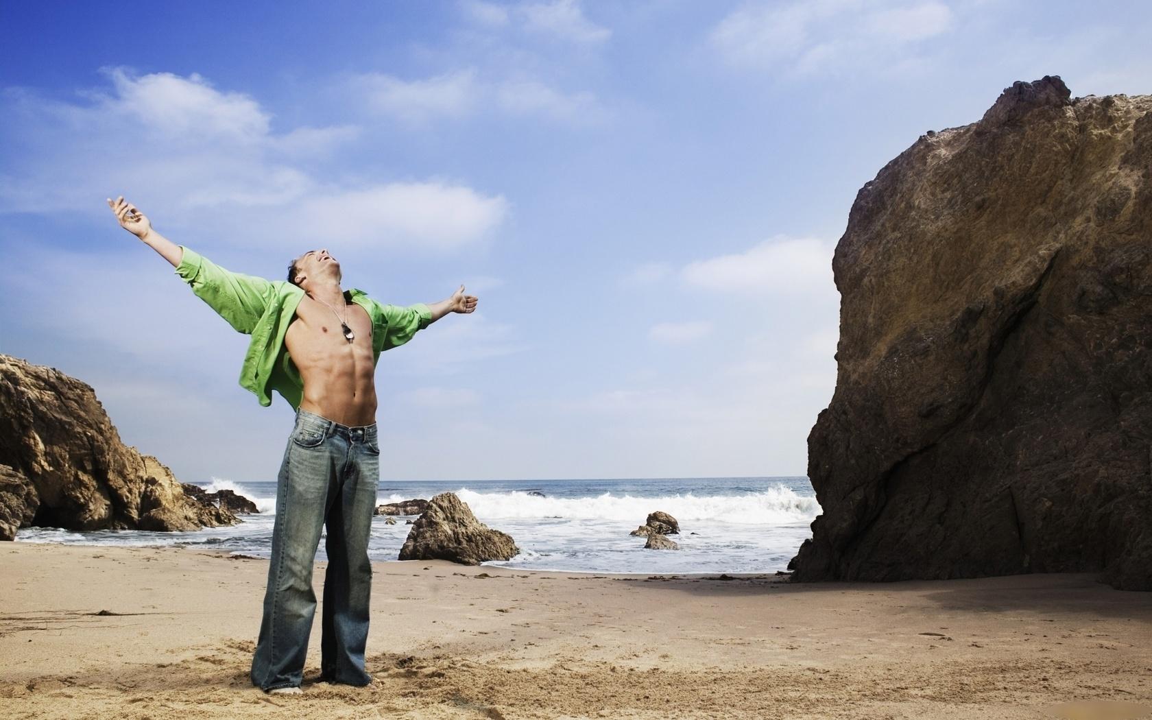 мужчина, море, природа, торс, рубашка, джинсы, жест, свобода