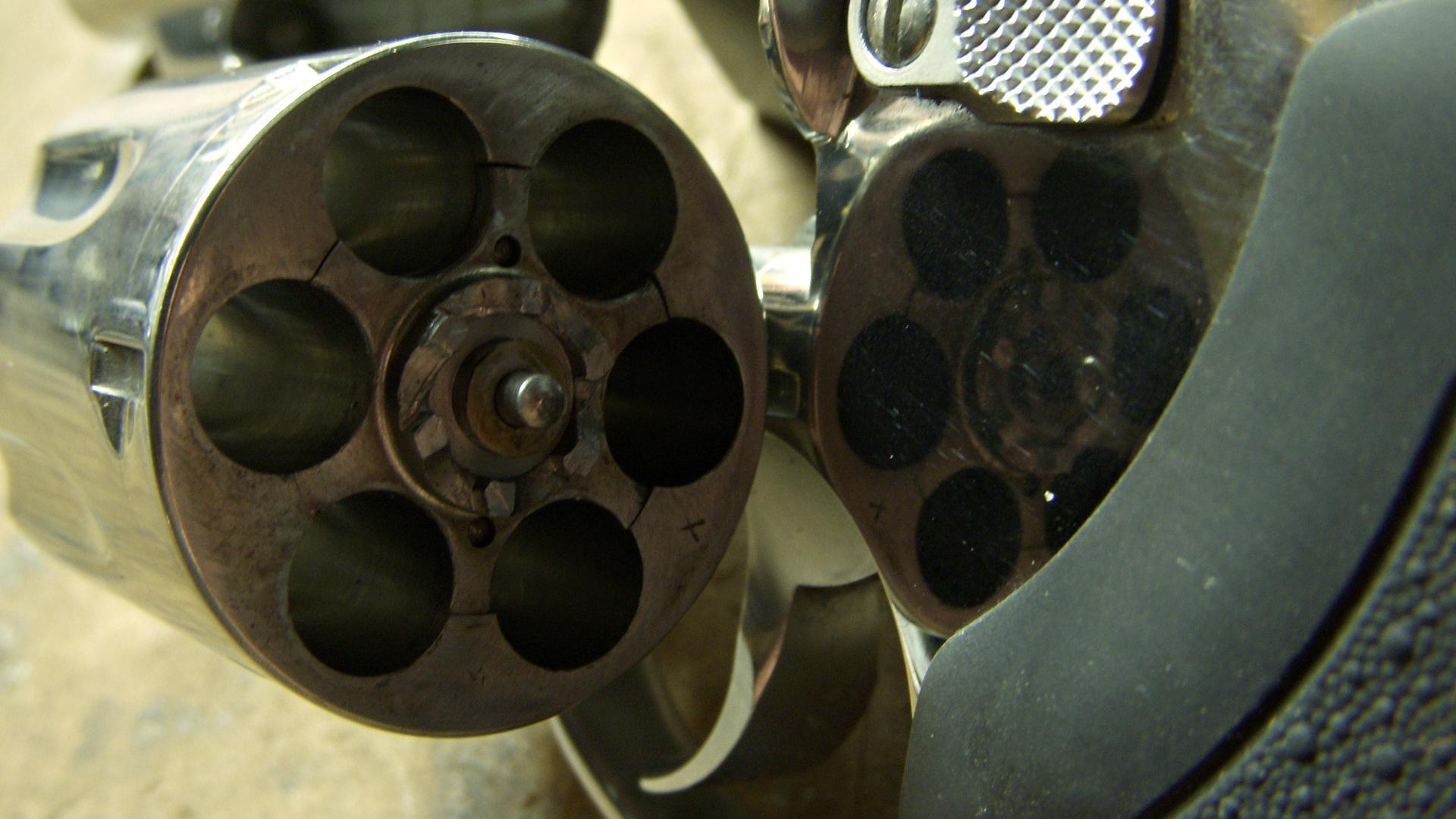 Пистолет, барабан, курок, макро