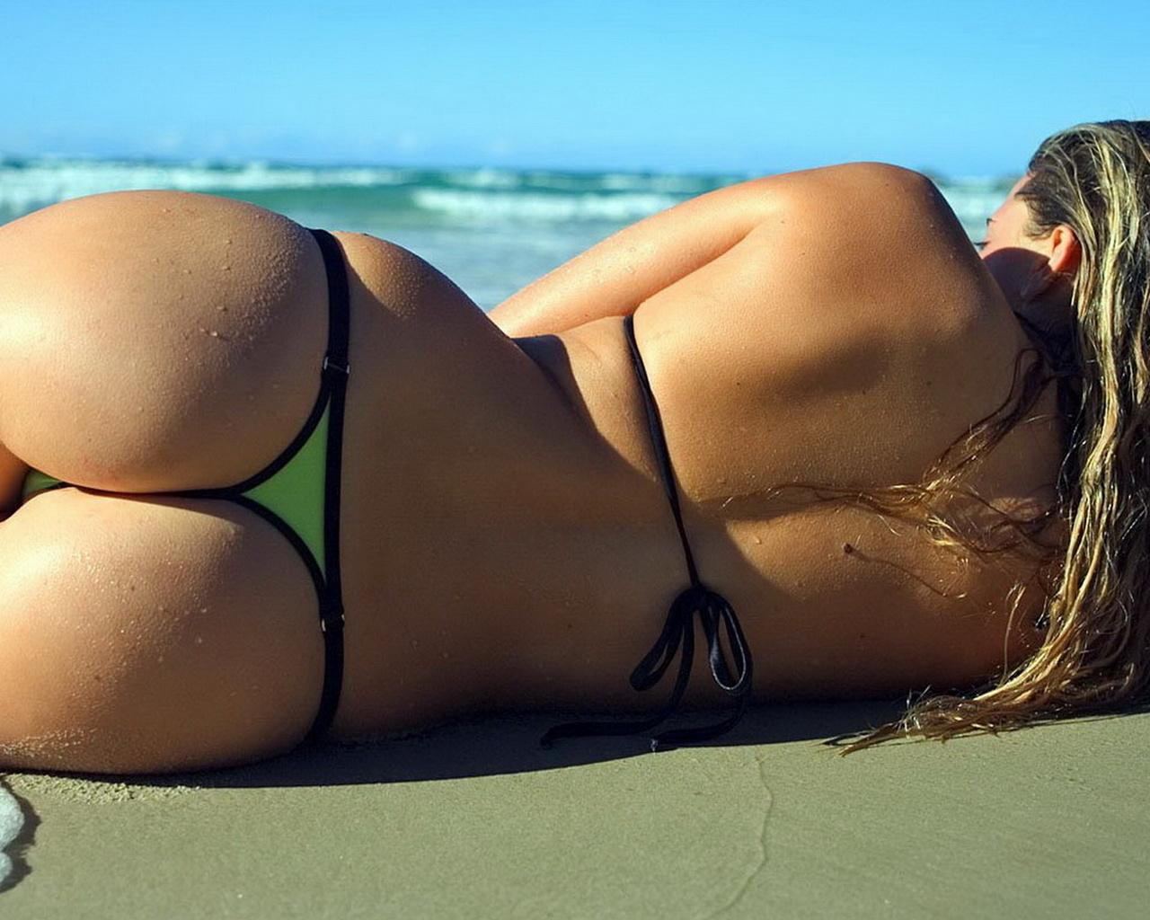 картинки девушек в стрингах на море лежали