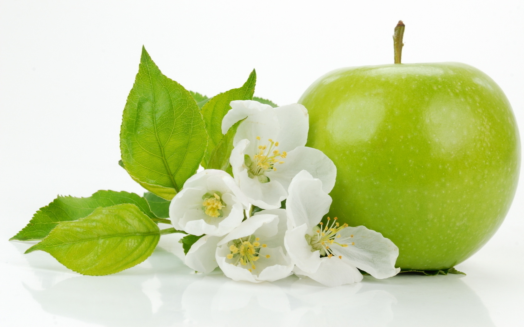 Яблоко, листочки, цветы