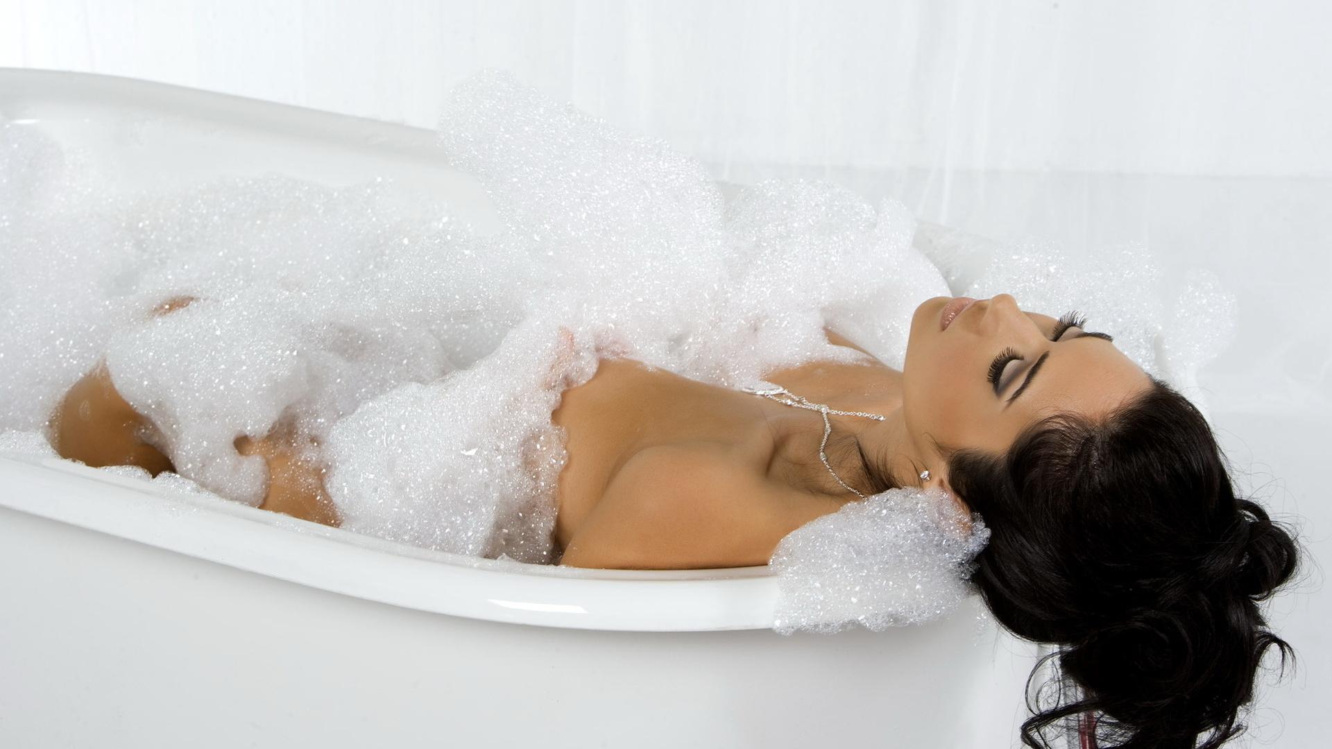 шикарная брюнетка в ванной новообращенным католикам