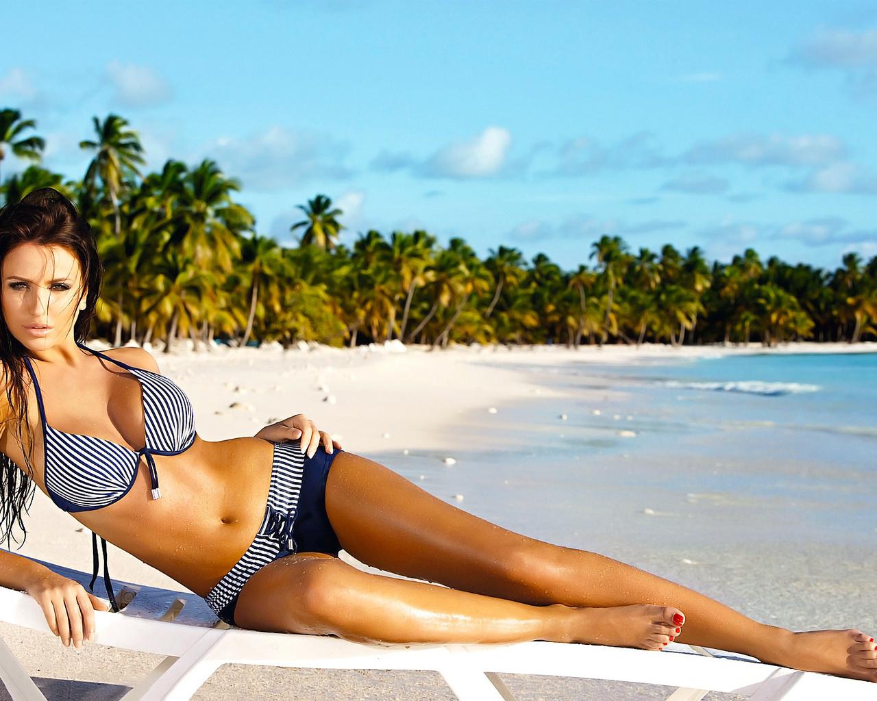 Смотреть фото женщины в купальниках на море, Девушки в прозрачных купальниках на пляже 3 фотография