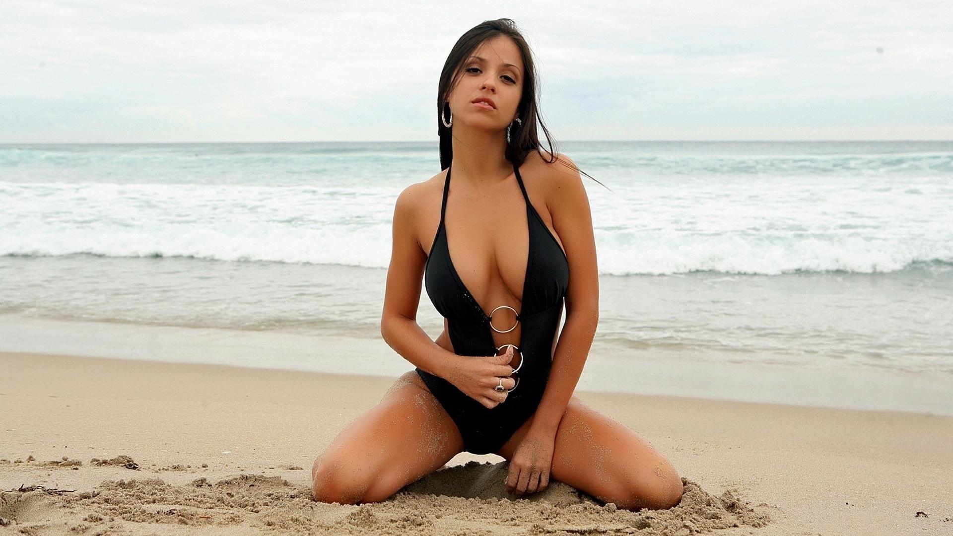 Картинки девушки на пляже на рабочий стол, днем
