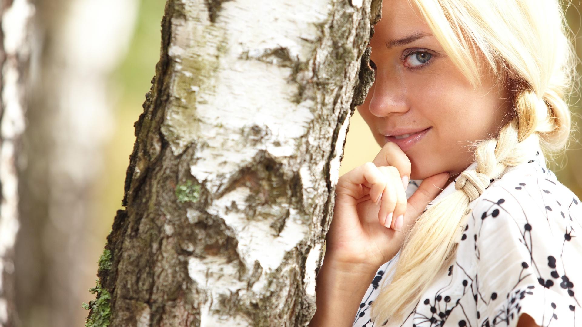 foto-krasivih-devushek-litso-blondinka-pod-derevom