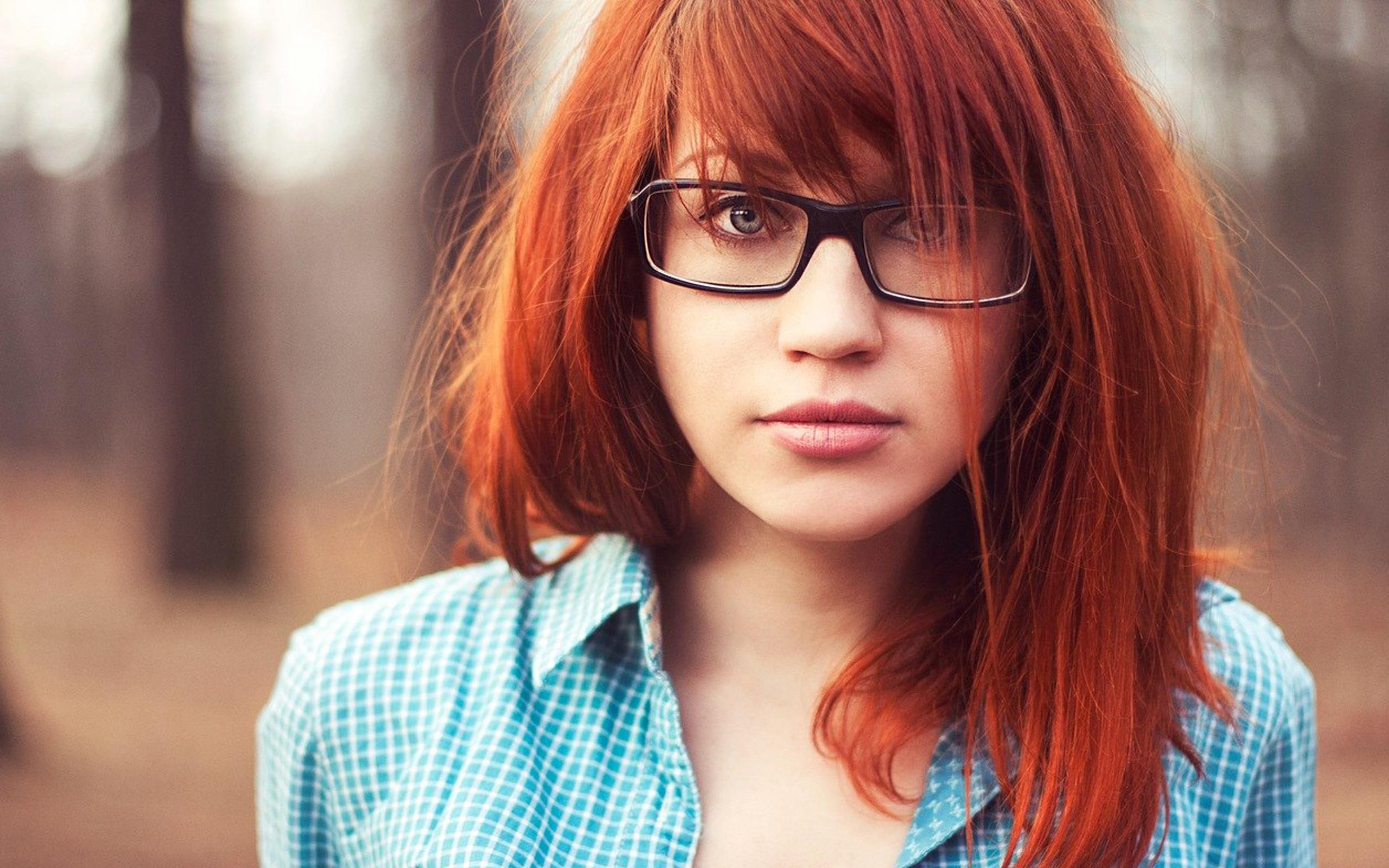 рыжая девушка в синей рубашке свежесть яркость сексуальным