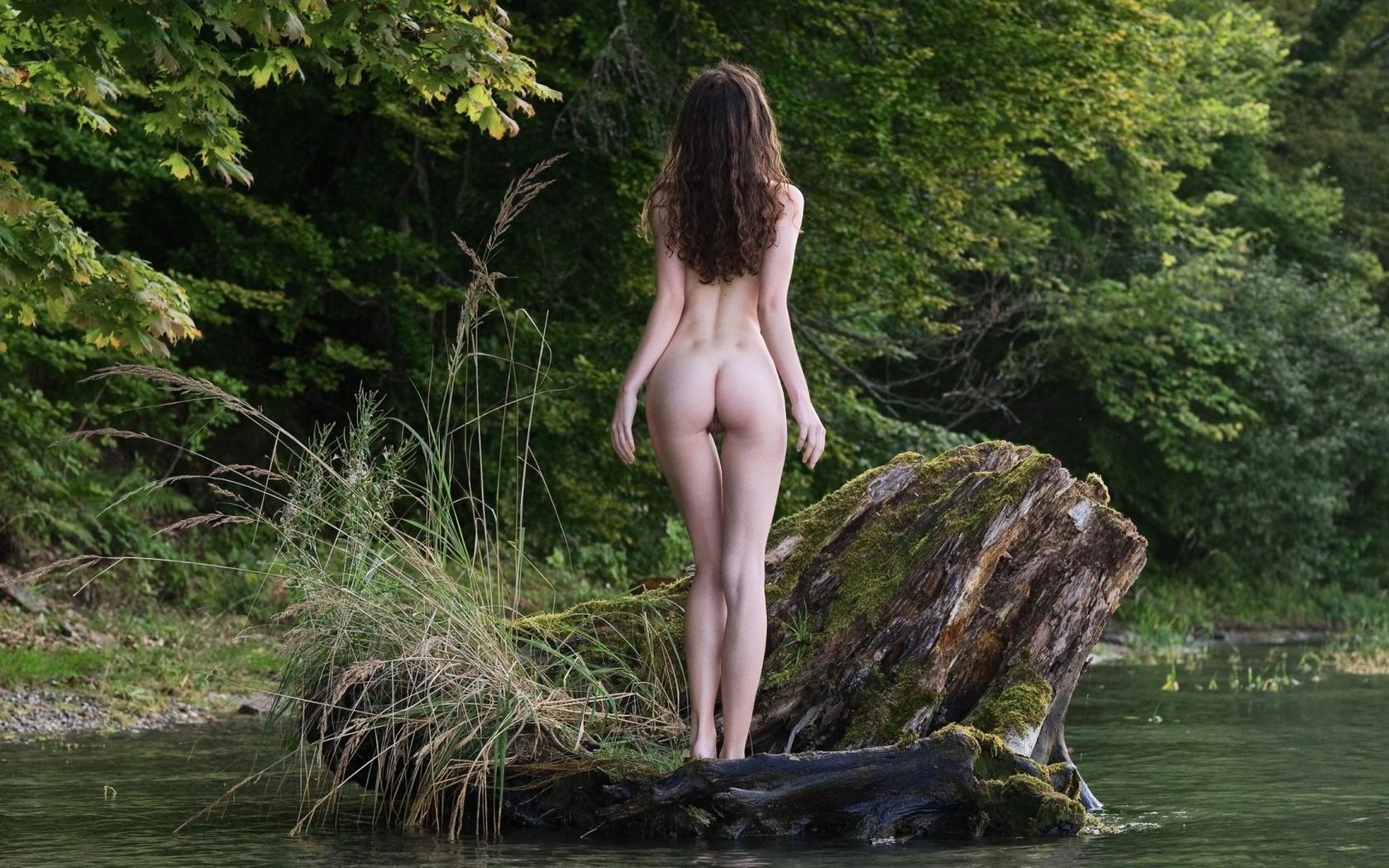 голяком на озере