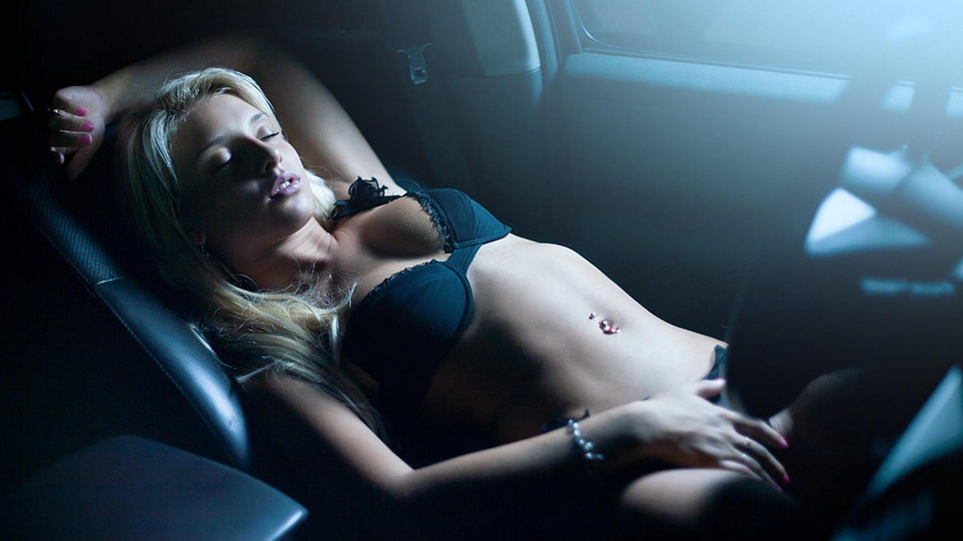 Блондинка ебется через стекло машины суст бутылки порно