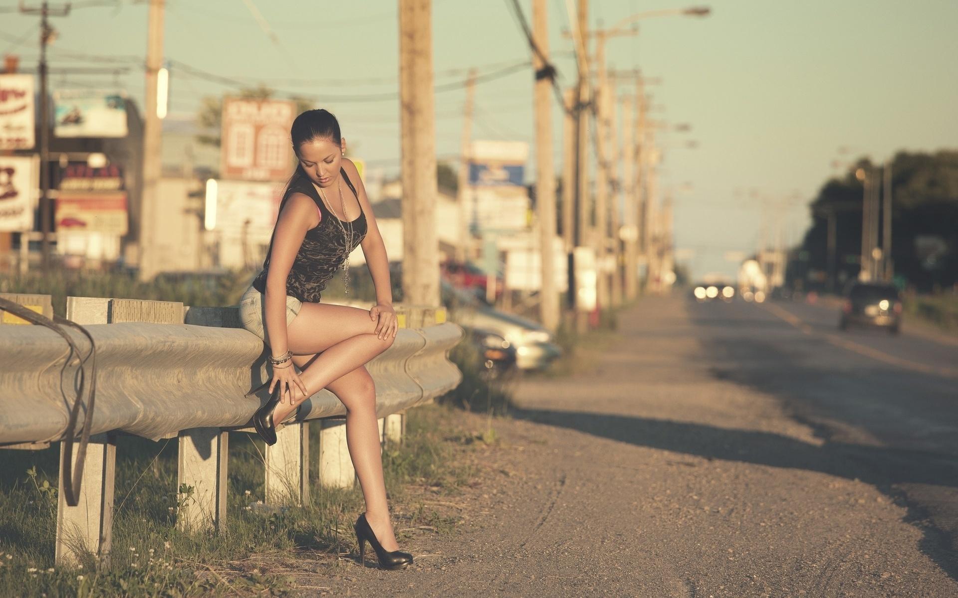 Уличные девки видео изгнании влюбляется