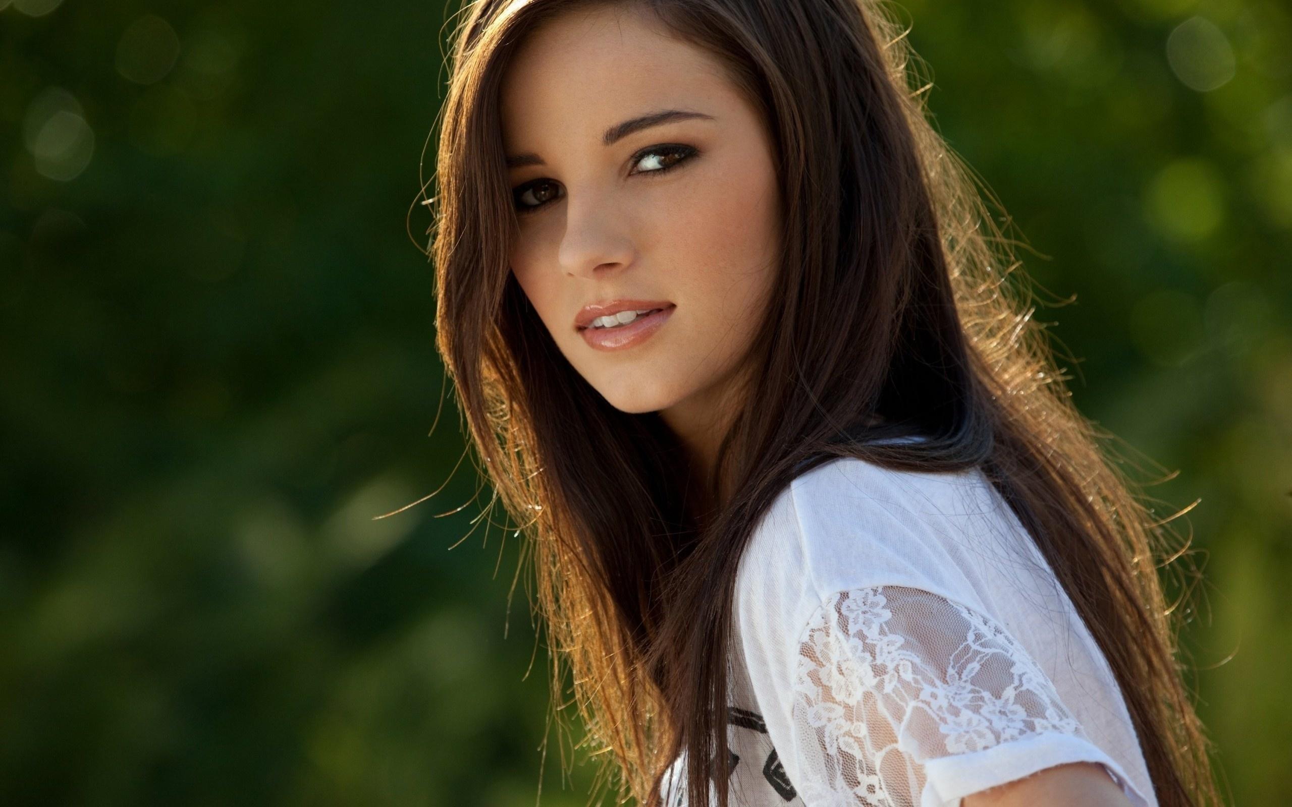 очень красивая девушка ртом просунула