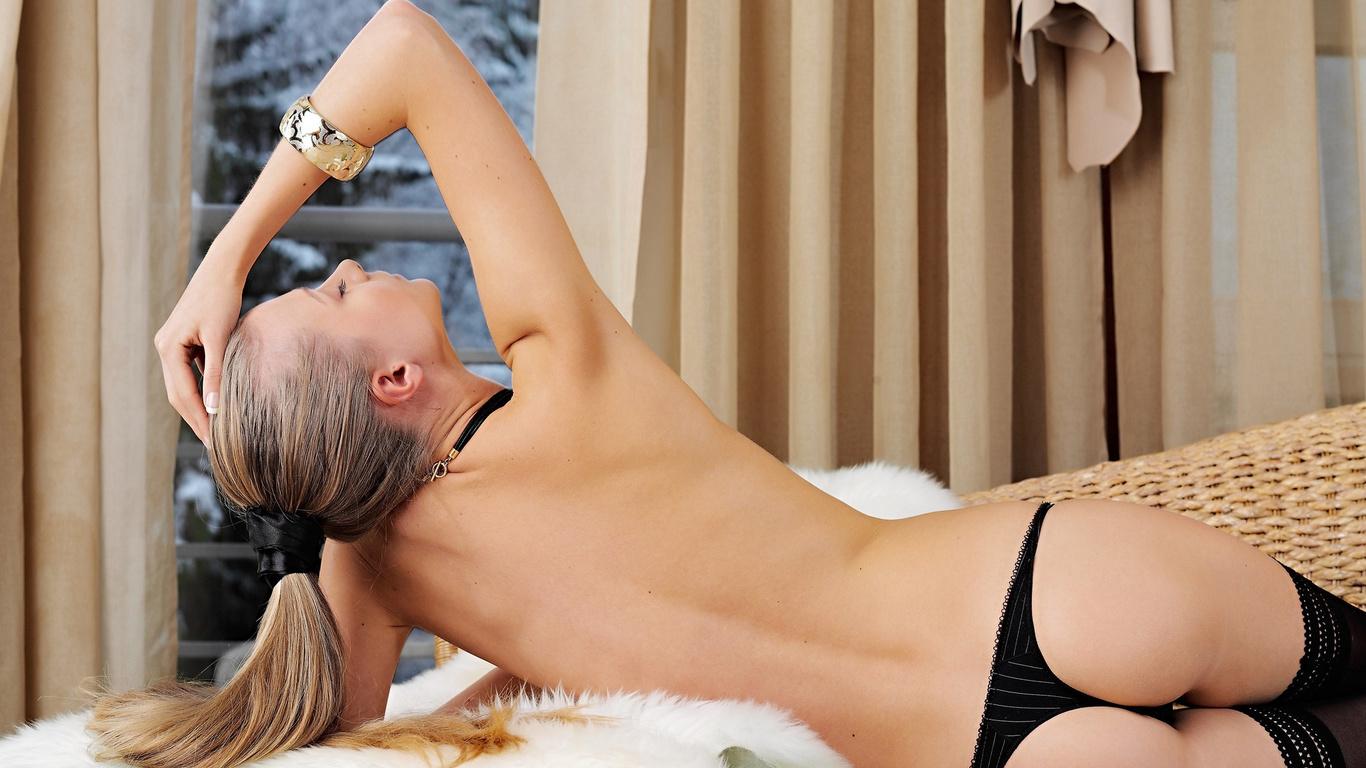 frances a, девушка, длинноволосая, блондинка, спина, поза, трусики, чулки, браслет, шторка, мех, окно, зима, сумерки