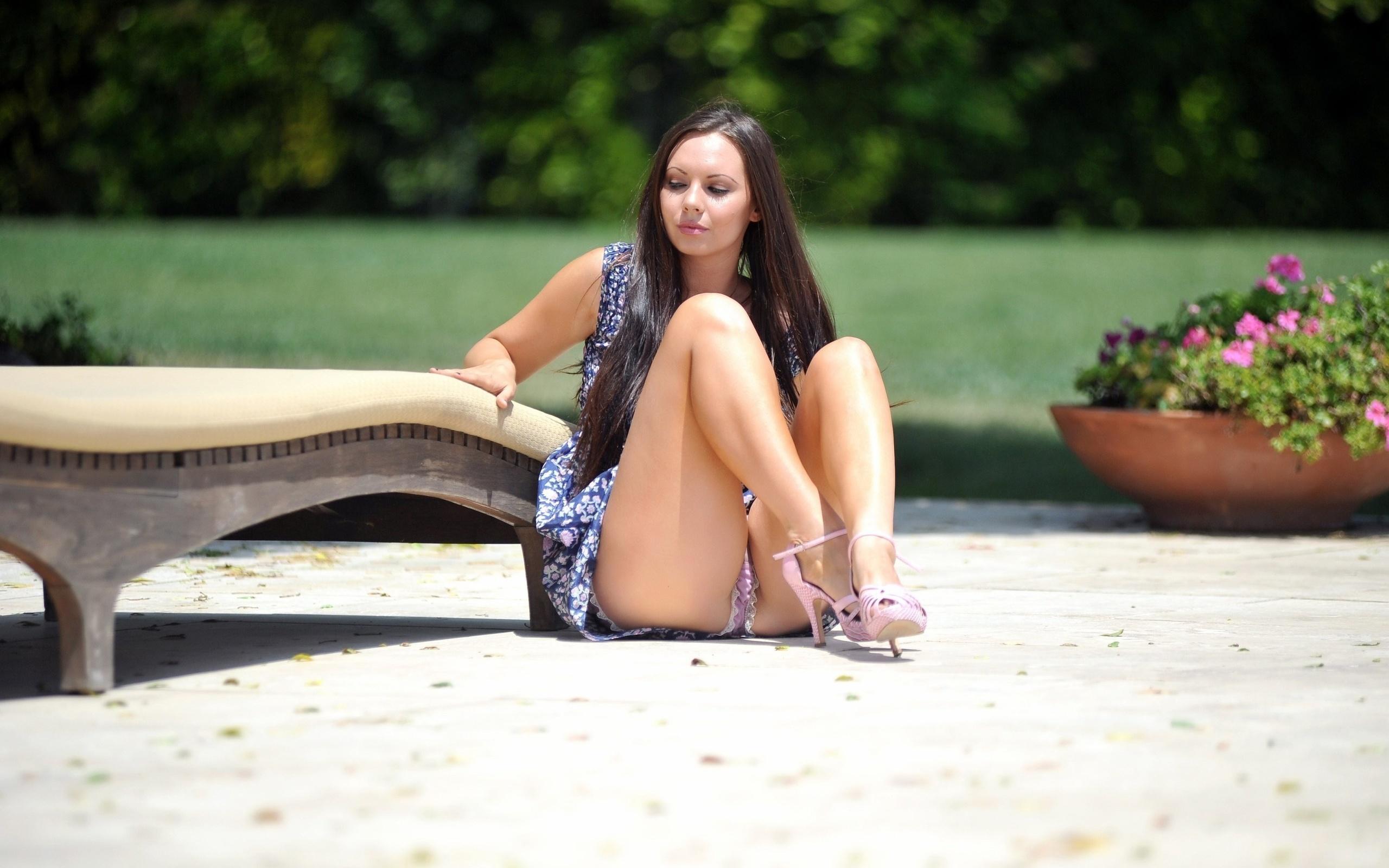 Сисястая раздвинула ножки, Сисястые мамочки раздвигают ножки перед любовниками 24 фотография