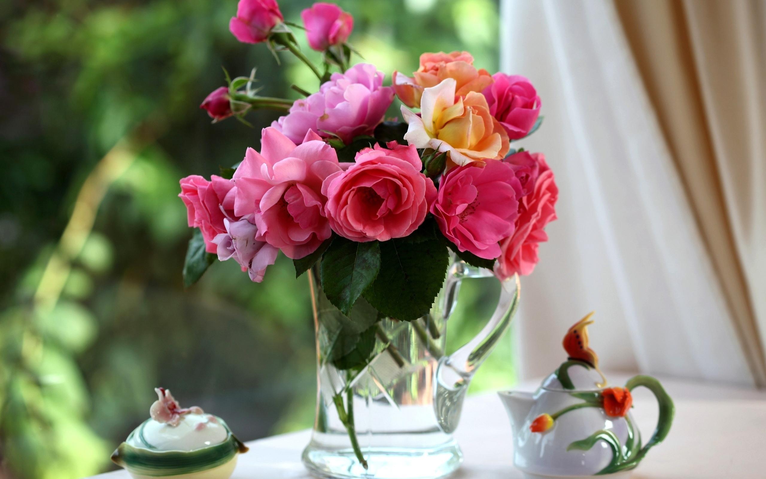 Букет роз на столе в вазе, конфет тюмени