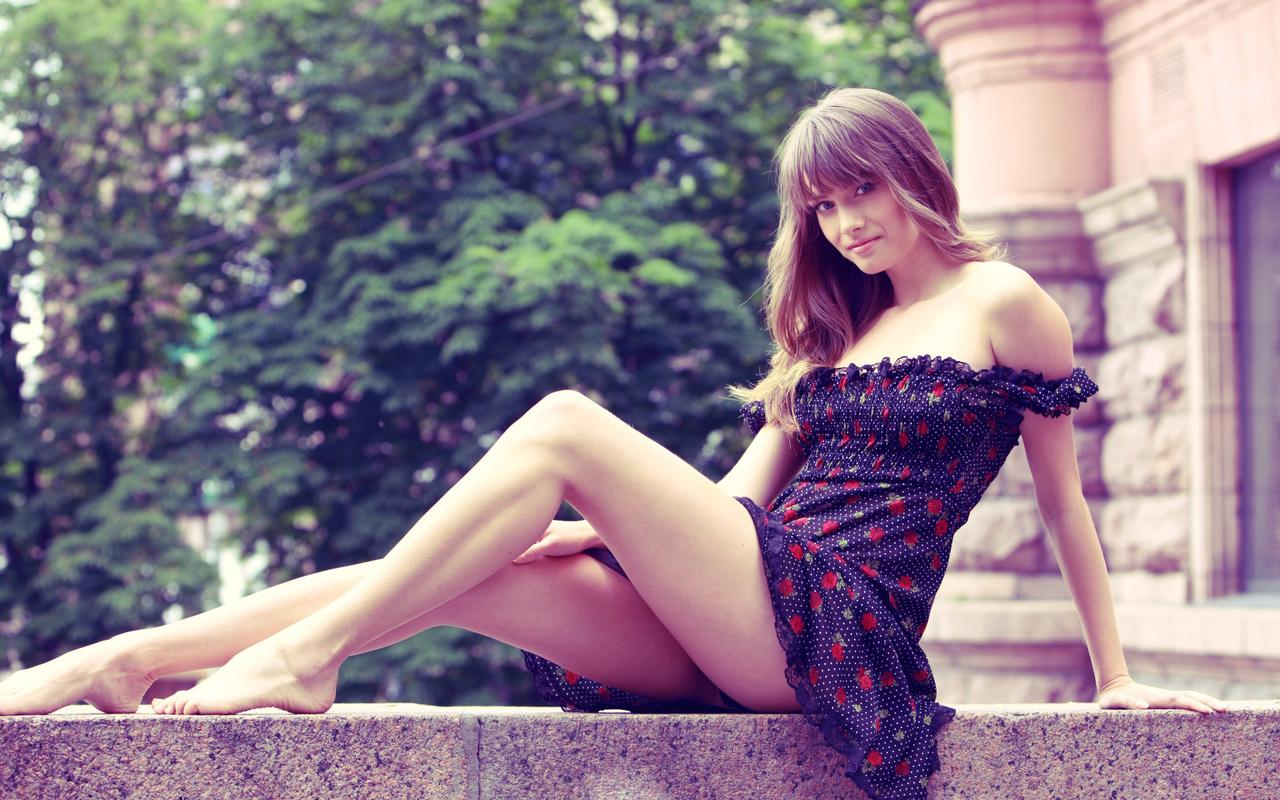 Раздвинула ножки в платье, Раздвинутые ножки девушек -фото. Девушки 21 фотография
