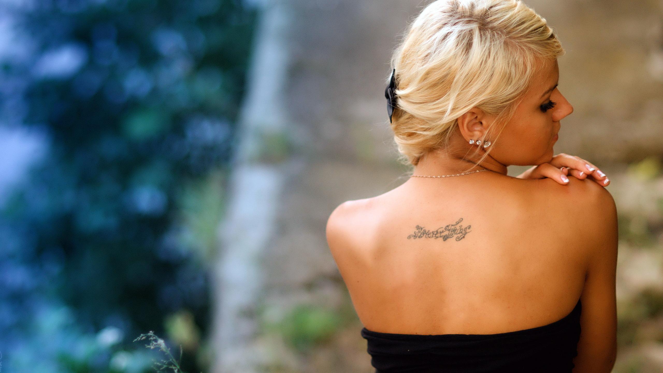 foto-grudey-blondinka-s-tatu-na-spine-foto