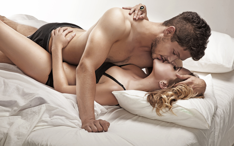 Парень и девка голые в кровати фото