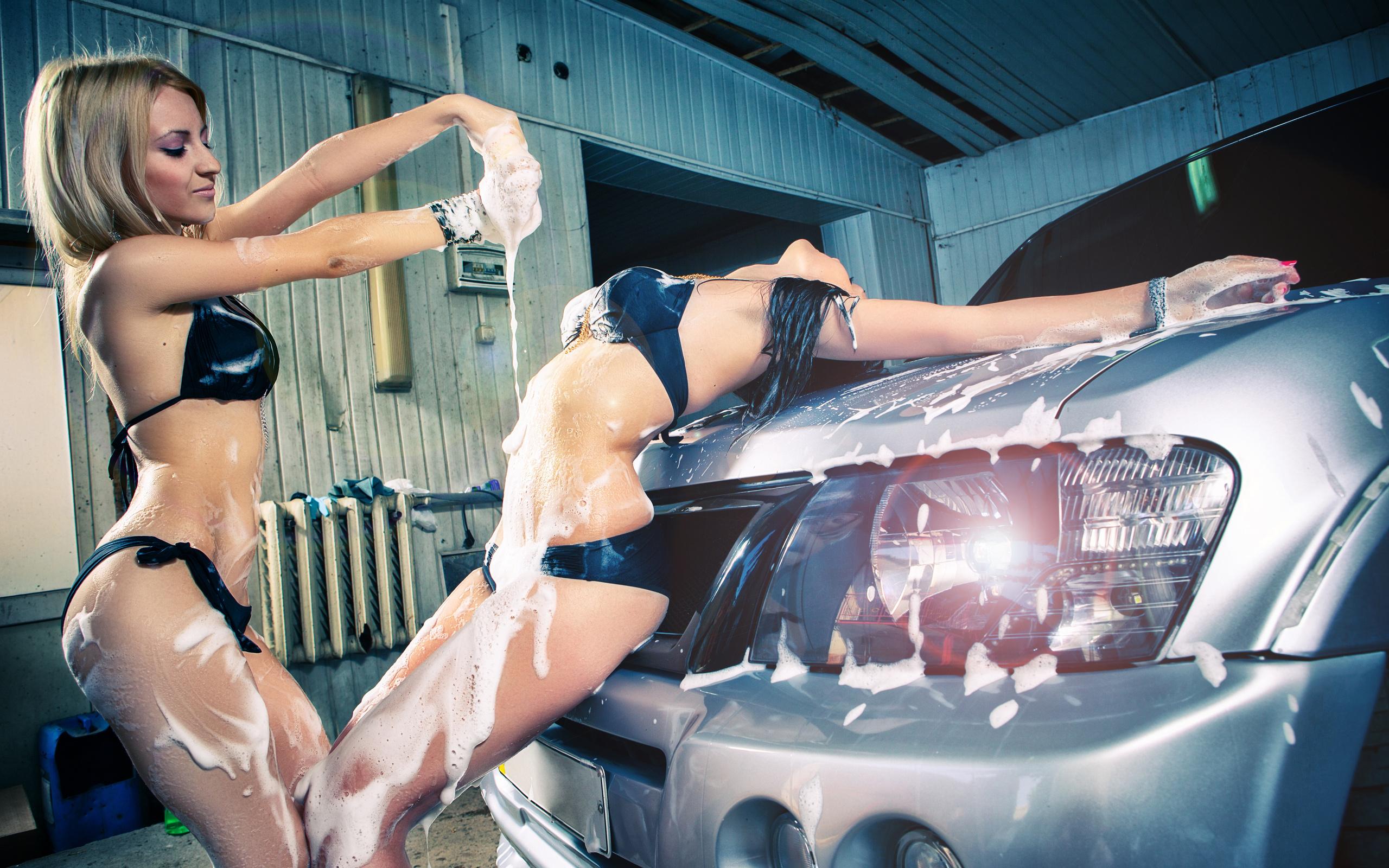 девушка моет авто настоящему