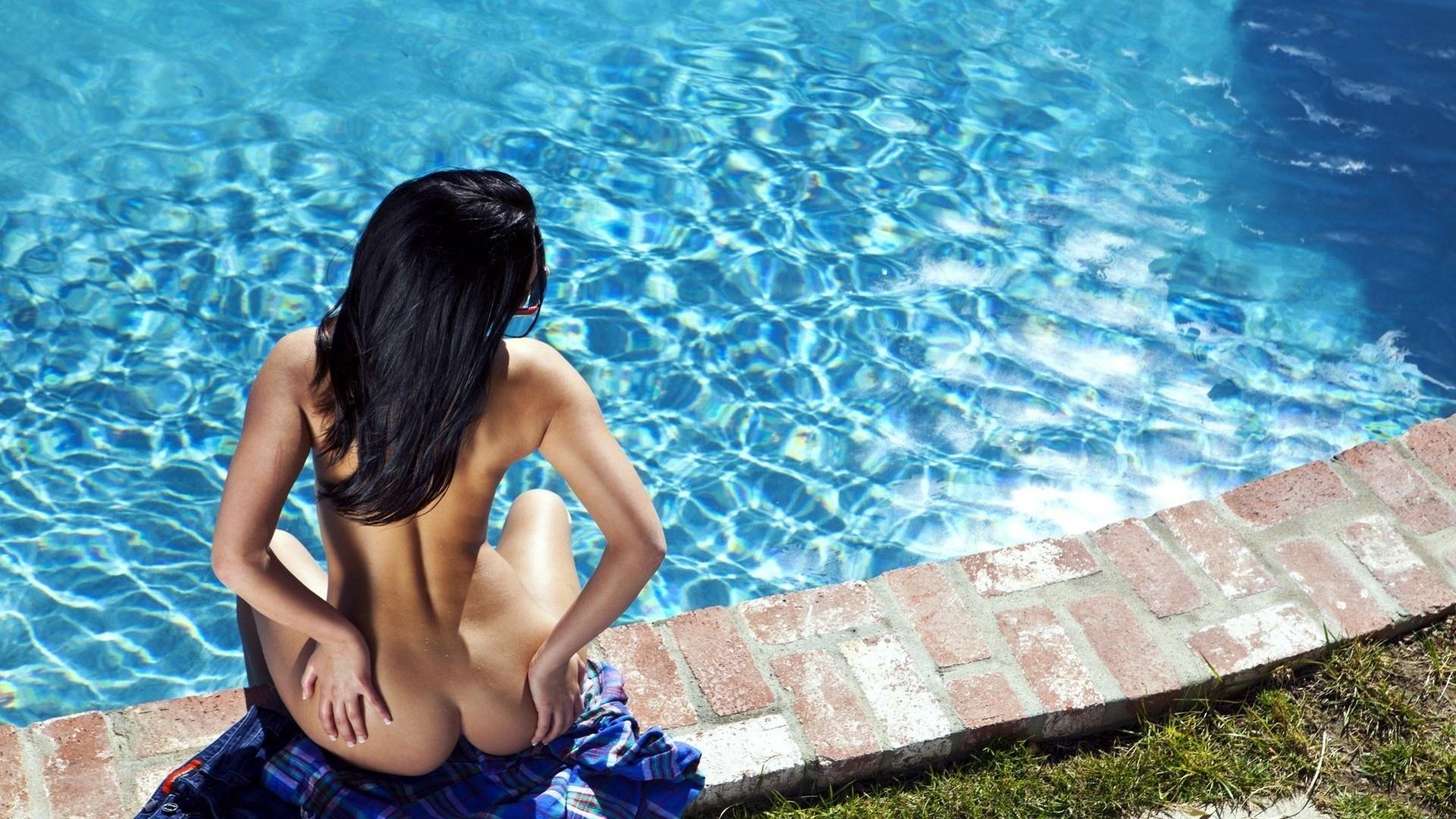 Leyla Black Nude In Pool Boy