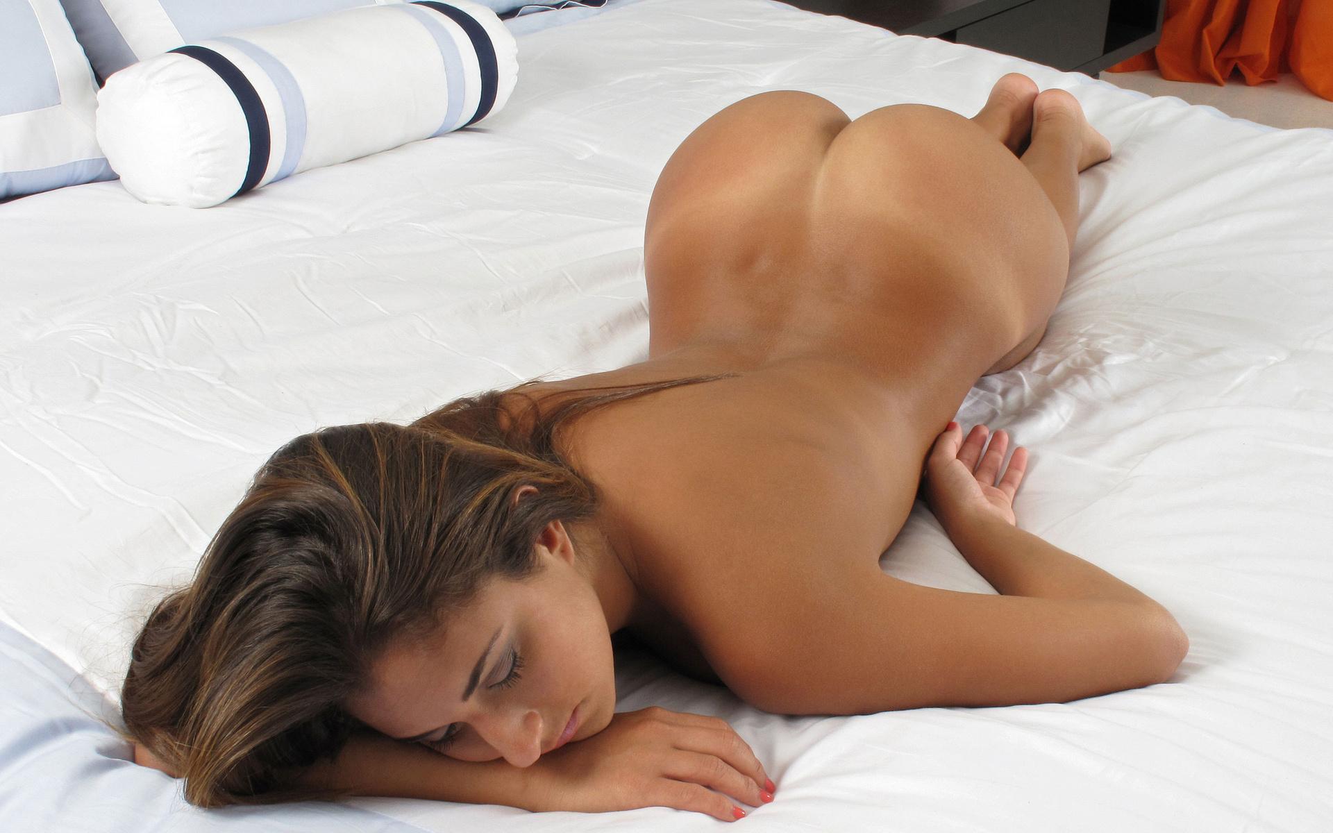 Голые Попки На Кровати Фото