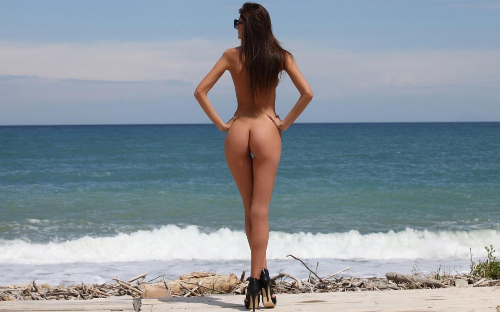 Попки голые на пляже, сняли после дискотеки частное видео
