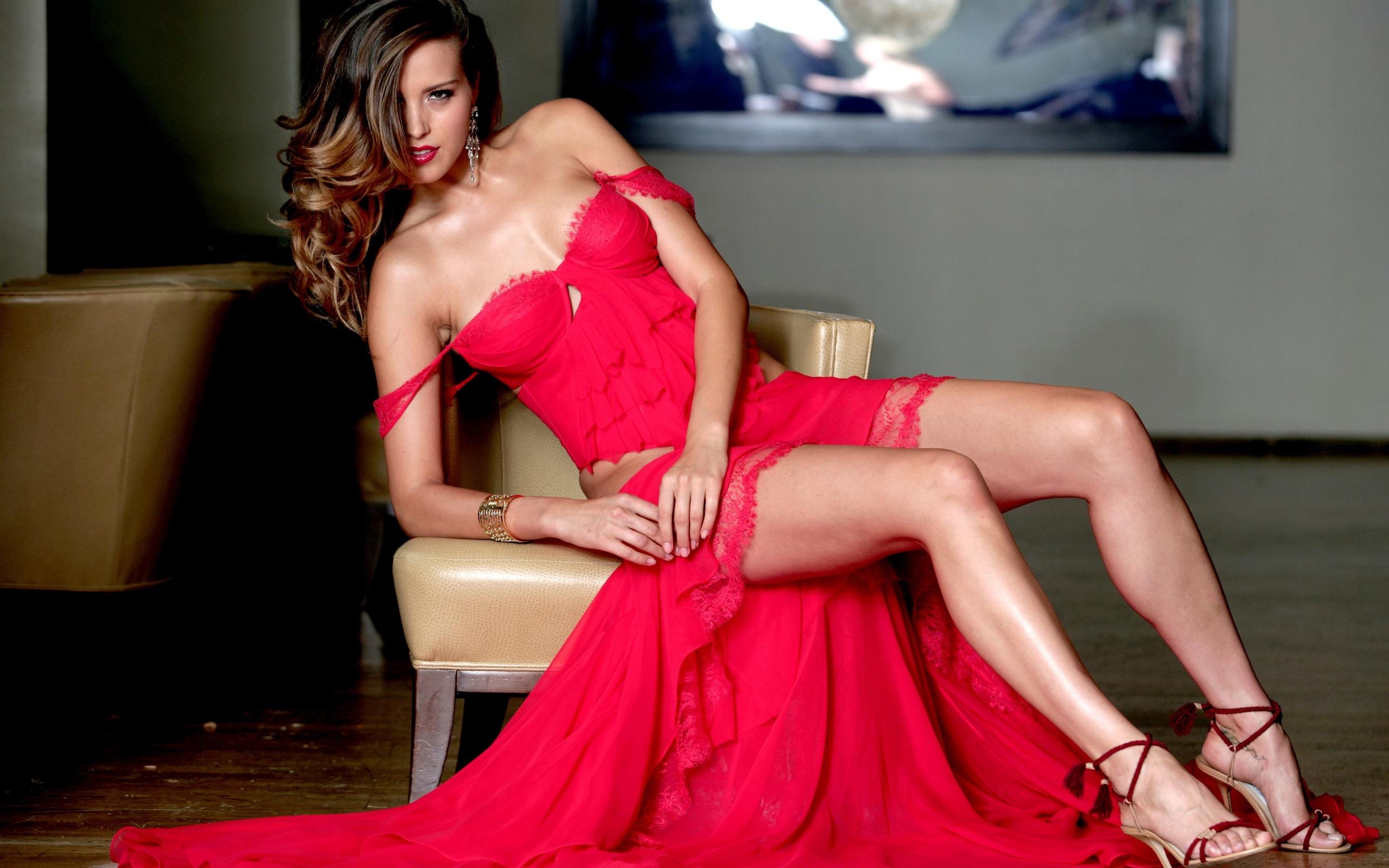 девушка в шикарном платье эротическое фото серьёзно