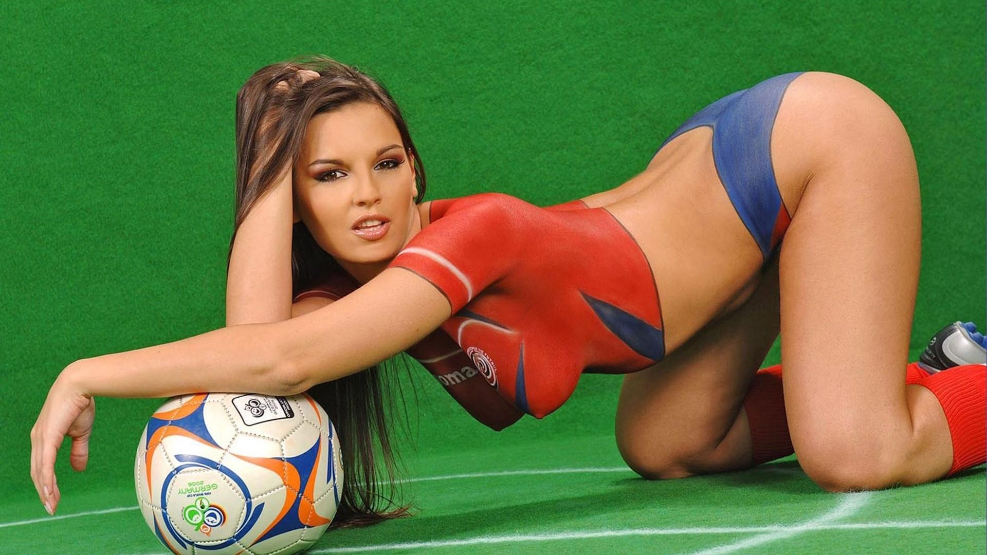 коем фото телок сосет у команды футболистов опускается колени начинает