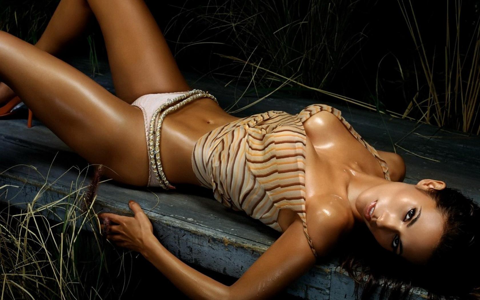 fotomodel-foto-golaya-bolshaya-grud-v-reklame-nizhnego-belya-foto