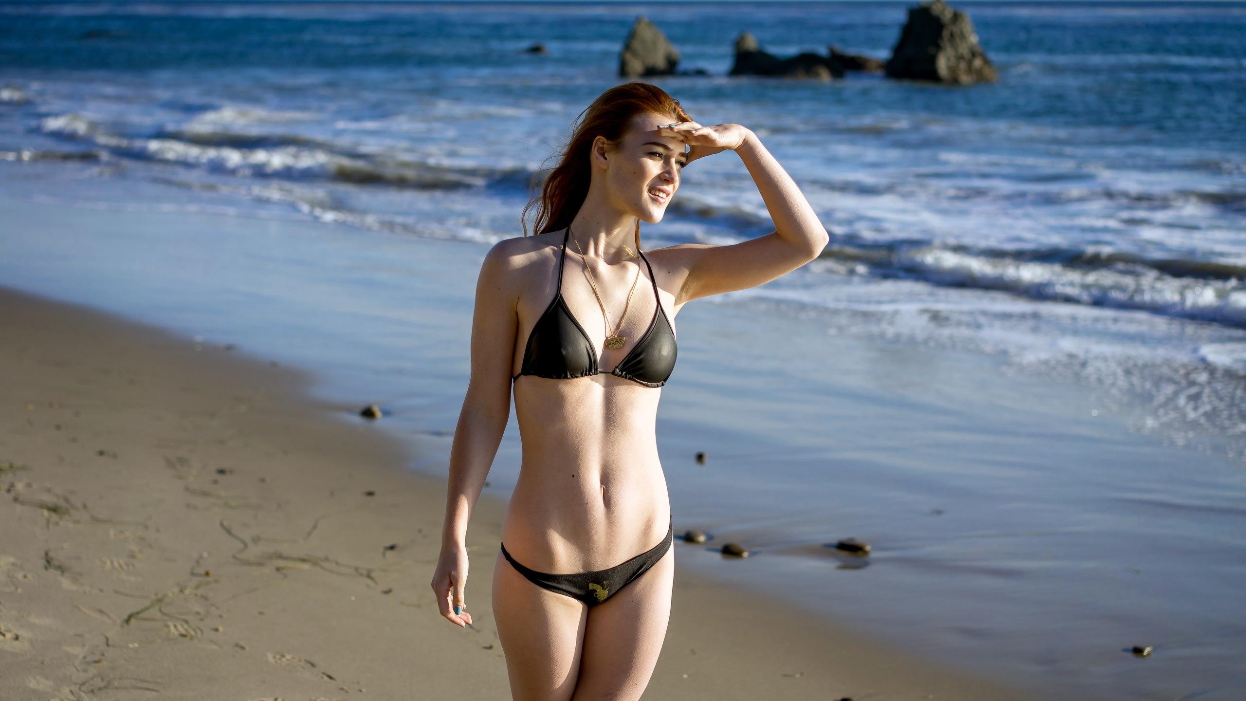 девушки в бикинах на пляже