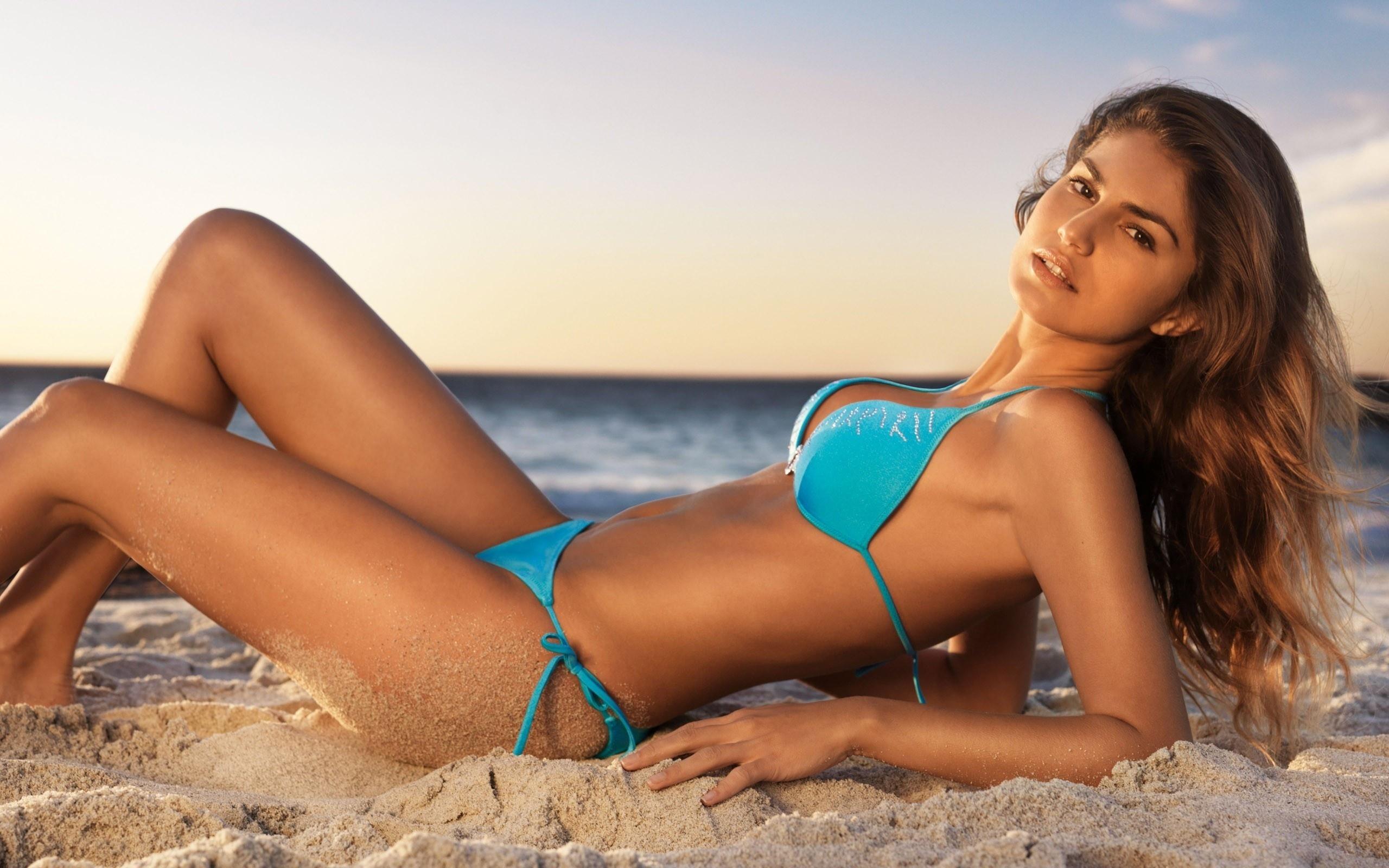 picture-hand-in-bikini
