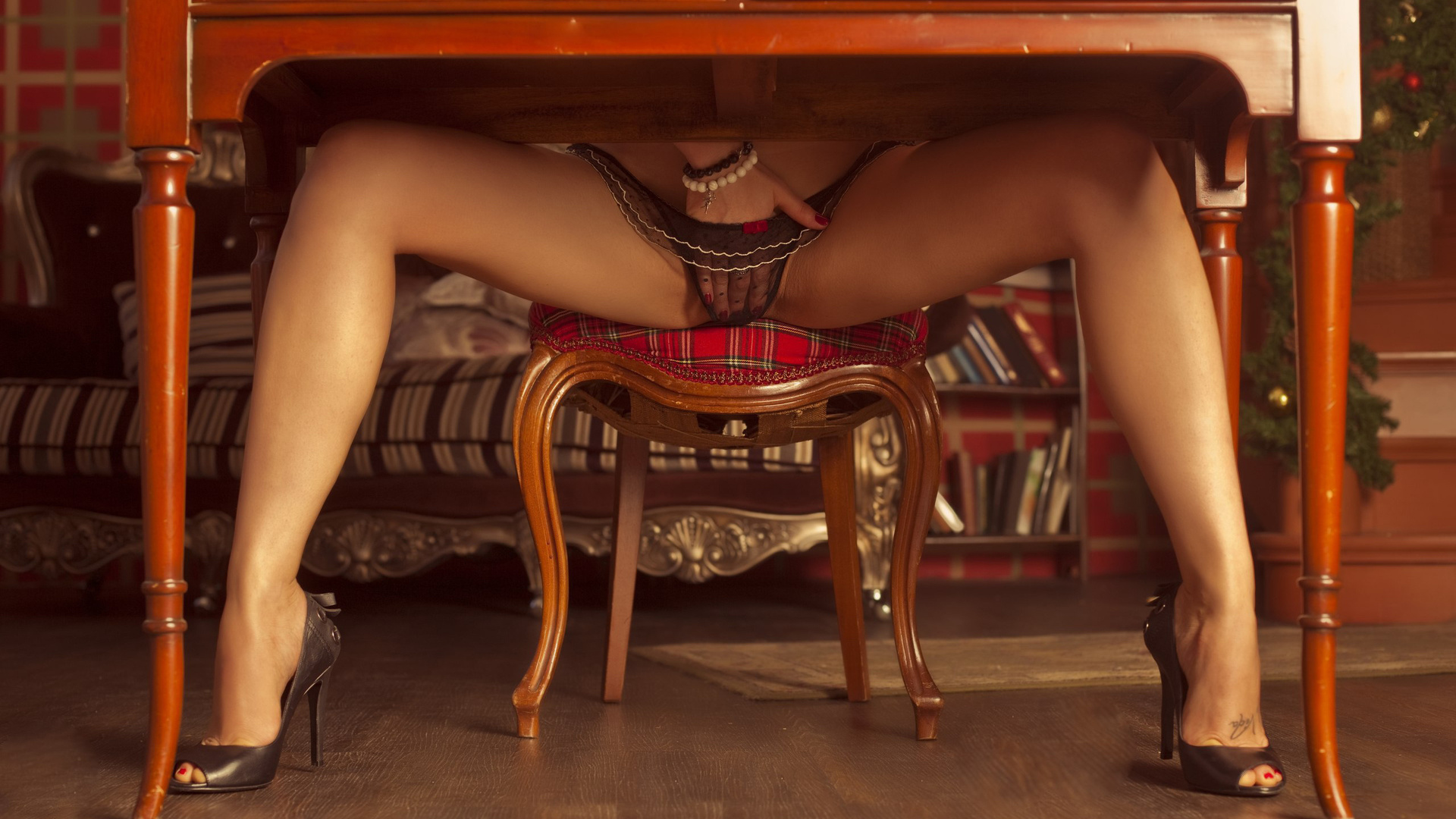 Ножки под столом трусики босоножки